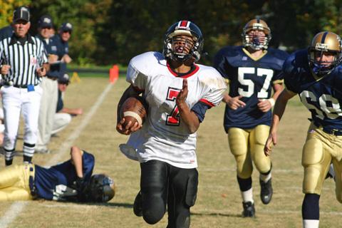 SOPHOMORE ANTONEO Folks streaks down the sideline, leaving Rappahannock defenders in his wake for a 28-yard touchdown. (Photo: Karen Reynolds)